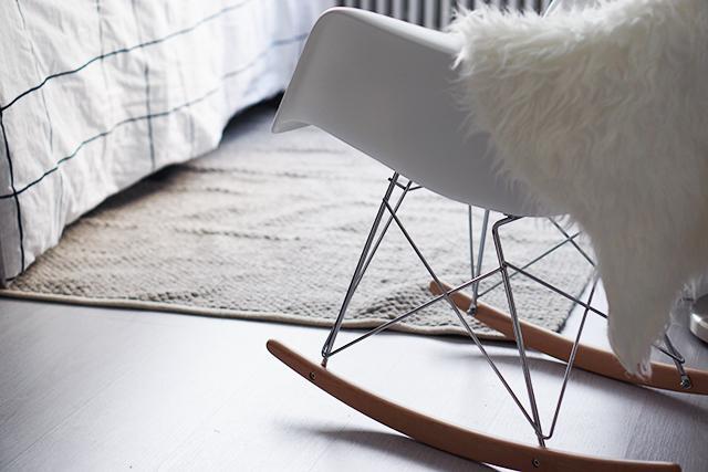 Een rar zusje voor mijn eames replicastoel for Schommelstoel eames replica