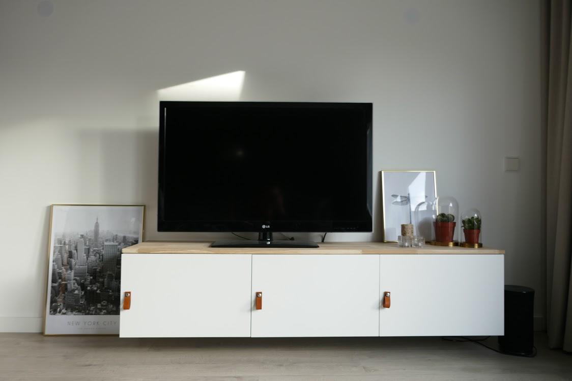Ikea hack televisiemeubel pimpen met hout en leer for Tv meubel kleine ruimte